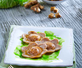 Ravioli di seitan al vapore su crema di verza e patate