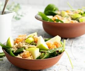 Salada de batata-doce com maçã, espinafres e quinoa