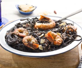 Espaguetis negros con cebolla roja y gambones