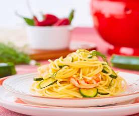 Spaghetti ai gamberi con zucchine e finocchietto