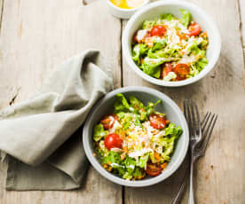 Salade de sucrine et crudités, vinaigrette au yaourt