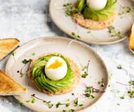 Avocat avec œuf et tartare de saumon