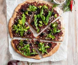Wegańska gryczana pizza z konfiturą z czerwonej cebuli i brokułami