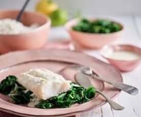 Bacalhau fresco com arroz, espinafres e molho de limão