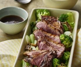 Pato a las cinco especias con champiñones, verduras orientales y arroz