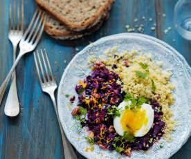 Chou rouge aux noix, couscous et œuf mollet
