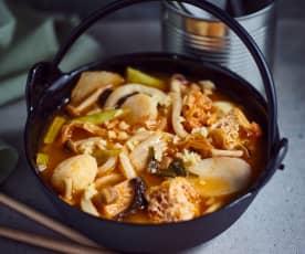 Nudeleintopf mit Klebreiskuchen und Fischbällchen (部队锅)