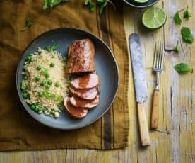 Lombinho de porco com molho de mostarda em sous-vide e cuscuz de ervilhas