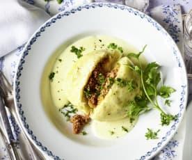 Hefe-Hackfleisch-Knödel mit Käsesauce