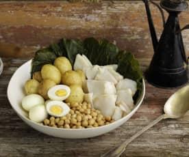 Bacalao con patatas, huevos, berzas y garbanzos