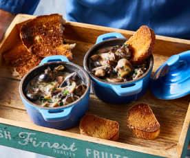 Cassolette d'escargots et champignons sautés – tartine de pain grillé