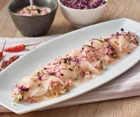 Carpaccio de pez espada marinado con ensalada de rabanitos y pepino