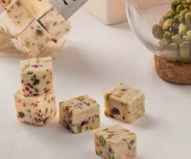 Fudge blanco con pistachos y arándanos