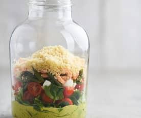 Salada de camarão e cuscuz em frasco