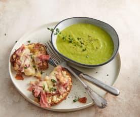 Zuppa di porri con fette di pane al prosciutto e formaggio