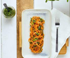 Spaghetti di patate dolci con pesto alle erbe aromatiche