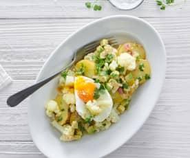 Uova in camicia su insalata di patate e cavolfiore