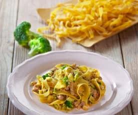Tagliatelle di farina di lenticchie, broccoli e salsiccia