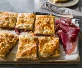 Empanada de hojaldre con pimientos confitados, cecina y queso de cabra