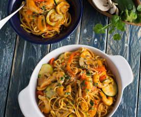 Tallarines con verduras y langostinos al curry