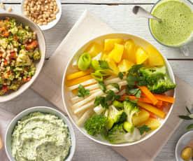 Menü: Brokkolisalat und Käseaufstrich zu Gemüseplatte mit Petersilien-Zitronensauce