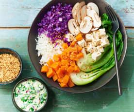 Buddha bowl d'automne au riz semi-complet et au tofu