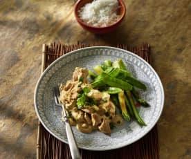 Huhn in Curry-Erdnuss-Sauce mit grünem Spargel und Zuckerschoten (Thailand)