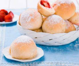 Bułeczki drożdżowe z truskawkami