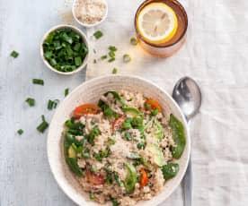 Sałatka mocy z quinoa, awokado i szpinakiem