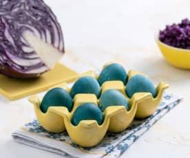 Gotowanie i farbowanie jajek na niebiesko (czerwoną kapustą)