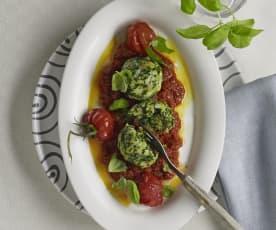 Spinatknödel auf Tomatenragout