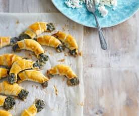 Minicroissants de requeijão recheados com queijo e espinafres