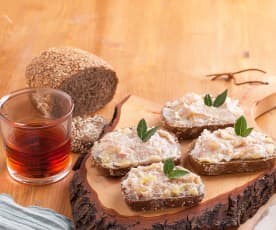 Crostini integrali con lardo, mele e pancetta