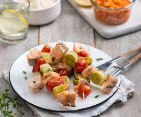 Szaszłyki z łososia z ryżem, surówką i sosem cytrynowym