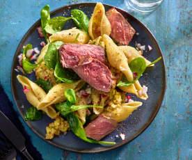 Nudel-Steak-Salat mit Apfel-Dressing