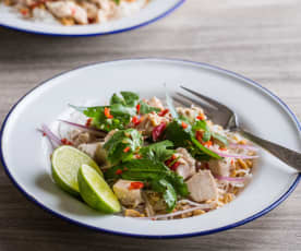Asijský salát s rýžovými nudlemi a kuřecím masem