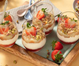 Erdbeer-Rhabarber-Dessert im Glas