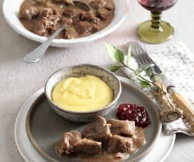 Hirschragout mit cremiger Polenta