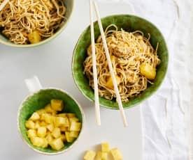 Noodles de frango com abacaxi