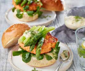 Lachs-Burger mit Kresse-Mayonnaise und grünem Spargel