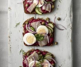 Brot mit Rote Bete und Hering (Smørrebrød)