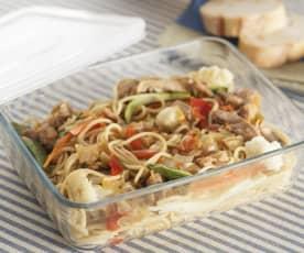 Espaguetis integrales con pollo y verdura