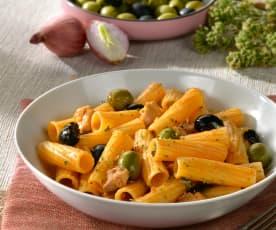 Tortiglioni mit Hühnchen und Oliven