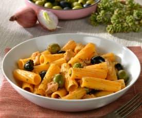 Tortiglioni mit Poulet und schwarzen Oliven