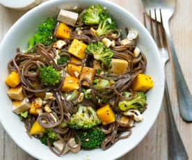 Salade de soba, brocoli, mangue, cajous et tofu