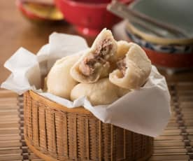 Steamed pork buns (baozi)