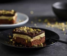 Torta brownie con crema ai pistacchi e glassa al cioccolato