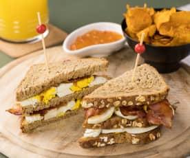 Club Sandwich uovo, bacon con chips di zucca e salsa agrodolce