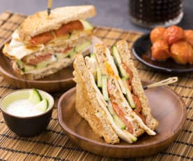 Club Sandwich pollo, cetrioli con pomodorini confit e salsa Tzatziki