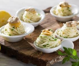 Rollitos de espagueti con almejas y salsa de mantequilla al limón